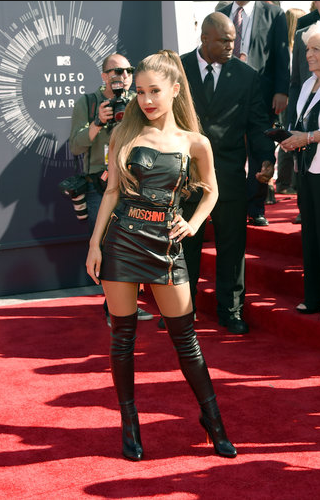Ariana Grande in Moschino, show me something new already Ariana, you sing like an angel but I'm so bored with this outdated look you keep coming back to.